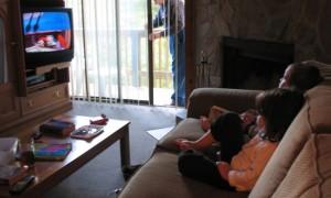 niños-viendo-tv